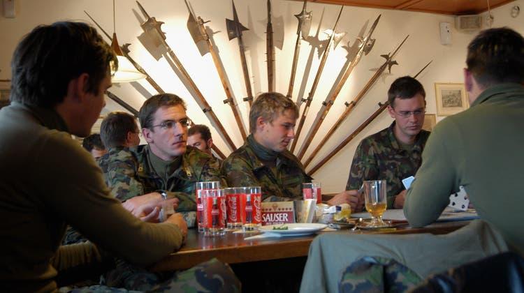 Seit dem Sommer können Armeeangehörige wieder regelmässig in den Wochenendurlaub sowie in den Ausgang. (Symbolbild: Walter Schwager)