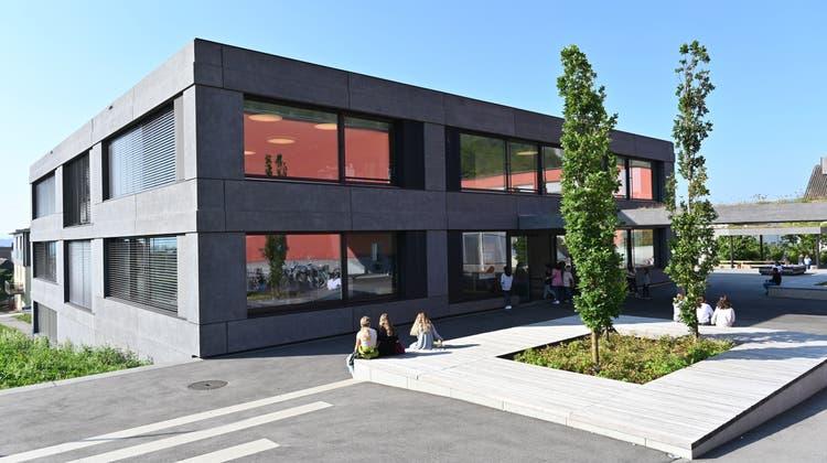 Das aktuellste Projekt der Arbeitsgruppe Energiestadt: Solarpanels auf dem neusten Gebäude des Schulhauses Oberdorf in Oensingen. (Bruno Kissling)