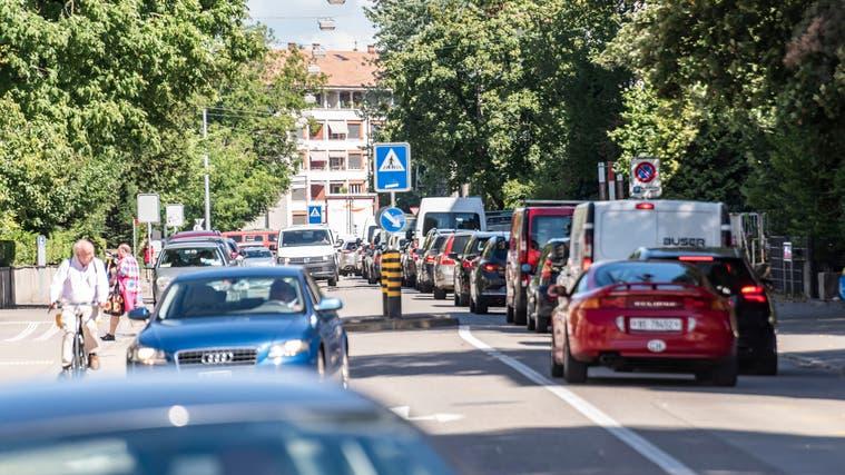 Wer weniger Parkplätze baut, erntet weniger Verkehr. Das hoffen jedenfalls immer mehr Gemeinden im Baselbiet (hier: Allschwil). (Nicole Nars-Zimmer)