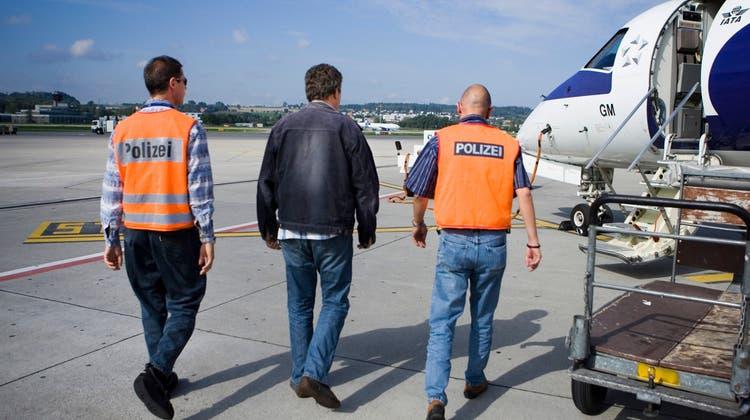 Trotz Landesverweis: Sechs kriminelle Ausländer im Aargau konnten nicht ausgeschafft werden. (Keystone)
