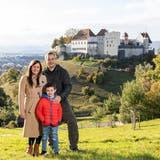 Verónica y Fernando Scheps con su hijoFran arriba delGoffersberg, con vista hacia el castillo de Lenzburg. (Bild: Valentin Hehli)