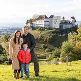 Verónica und Fernando Scheps mit ihrem Sohn Fran auf dem Goffersberg vor dem Schloss Lenzburg. Der Argentinier führt das Twitter-Portal «Viviendo en Suiza», wo er vomLeben hierzulande berichtet. (Bild: Valentin Hehli)