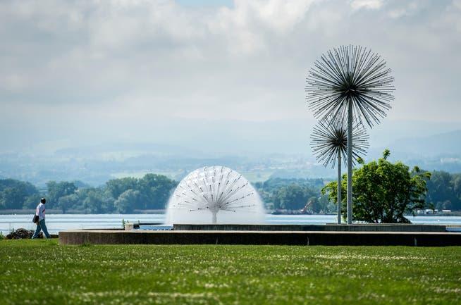 Der Park beim Romanshorner Hafen. Nebst dem Asco-Brunnen stehen diverse Kunstwerke auf dem Areal, so auch die Bronzefigurengruppe mit fünf Chromstahlsegel von Kurt Laurenz Metzler (1987).