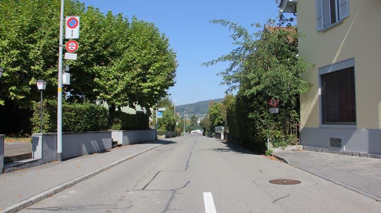 Die Reutenenstrasse wird zum Leidwesen der Anwohner zu Stosszeiten häufig für den Schleichverkehr genutzt. (Bild: Claudia Meier (24. September 2021))