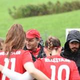 Bühler-Trainer Antonio Romano (mit roter Mütze) im Kreis seines Teams. (Bild: PF)