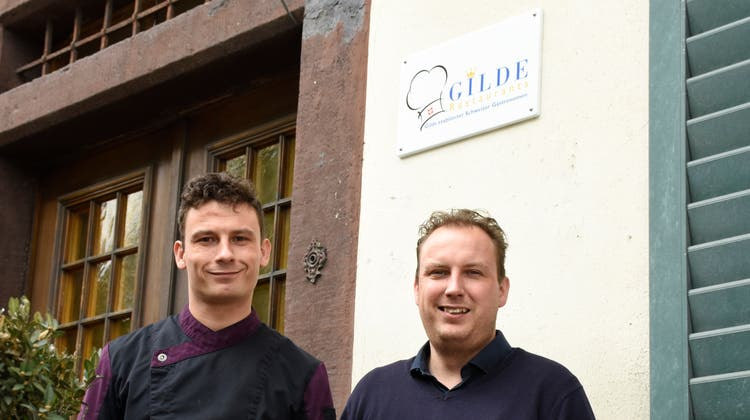 Christoph (links) und Martin Küng führen das Restaurant Schwanen in Merenschwand in der dritten Generation. 2020 sind sie mit drei Kronen in die Gildeetablierter Schweizer Gastronomen aufgenommen worden. Jetzt endlich können sie feiern. (Melanie Burgener)