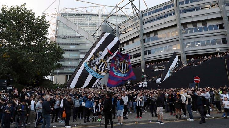 Jubel bei den Newcastle-Fans: Sie sehen im Verkauf ihres Clubs vor allem sportliche Chancen. (Keystone)
