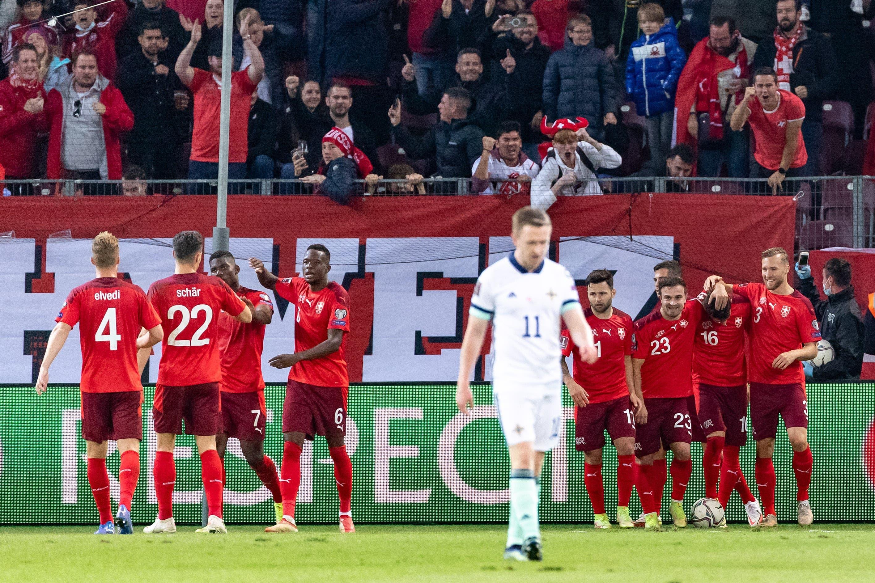 Die Schweiz jubelt nach dem Tor zum 2:0 von Christian Fassnacht. Enttäuschung bei Shane Ferguson.