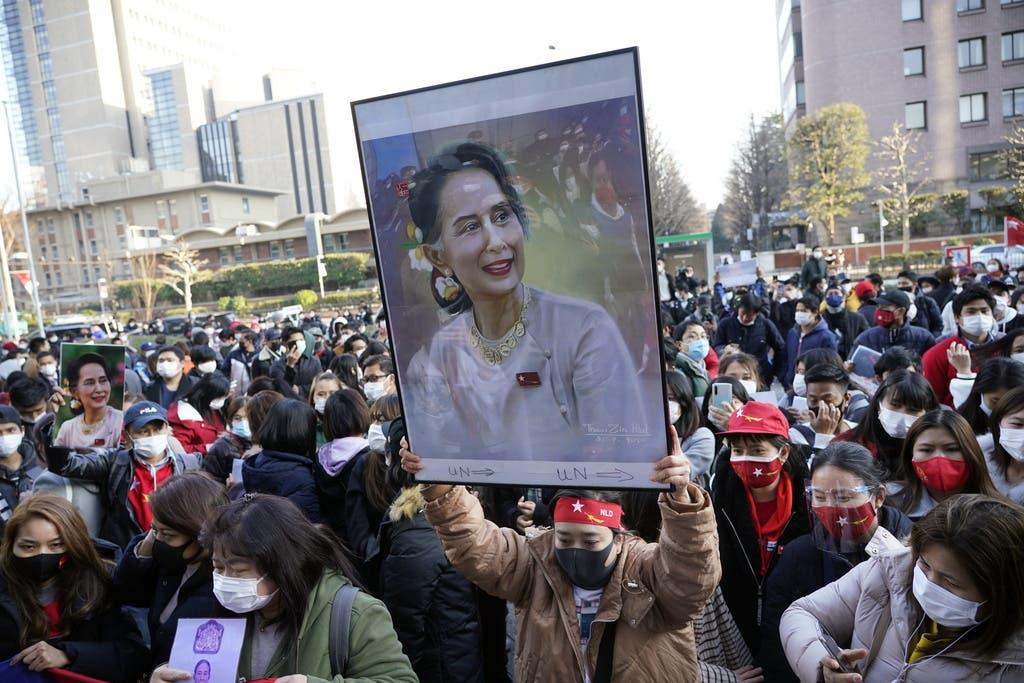 Demonstranten auf den Strassen fordern die sofortige Freilassung ihrer Regierungschefin Aung San Suu Kyi.