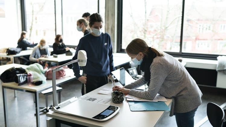 Quarantäne, Infektionen und Schulschliessungen: Schon längst ist das Coronavirus auch im Schulalltag angekommen. (Keystone)