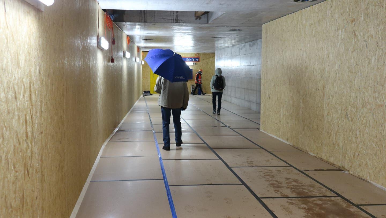 Noch nicht fixfertig: Im eröffneten Teil der neuen Unterführung sind noch immer Bauarbeiter am Werk. (Sven Hoti)
