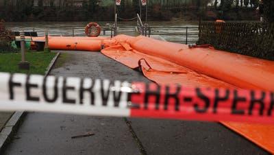 Am Wallbacher Rheinufer liegen erneut Beaver-Hochwasserschutzschläuche, um die Gemeinde vor dem Rhein zu schützen. (Bild: Hans Christof Wagner/«Aargauer Zeitung»)