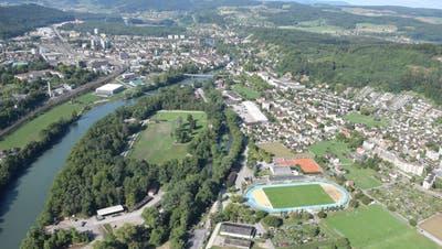 Laut der aktuellen Variante des Kantons soll der neue Umfahrungstunnel von vor der Sportanlage Au in Brugg her unter dem Geissenschachen und der Aare hindurch nach Windisch führen. (Bild: mhu (25. August 2015))