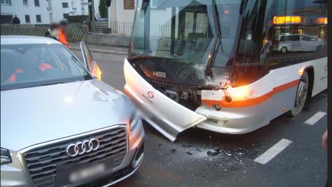 Der Linienbus prallte mit der Front in die Seite des Audis. (Bild: Kantonspolizei Uri (10. Februar 2021))