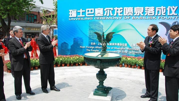 Ein Basilisk für den Drachen: Der frühere Basler Regierungsrat Carlo Conti (2.v.r.) schenkte der Stadt Schanghai einen Brunnen. (zVg/Archiv bz)