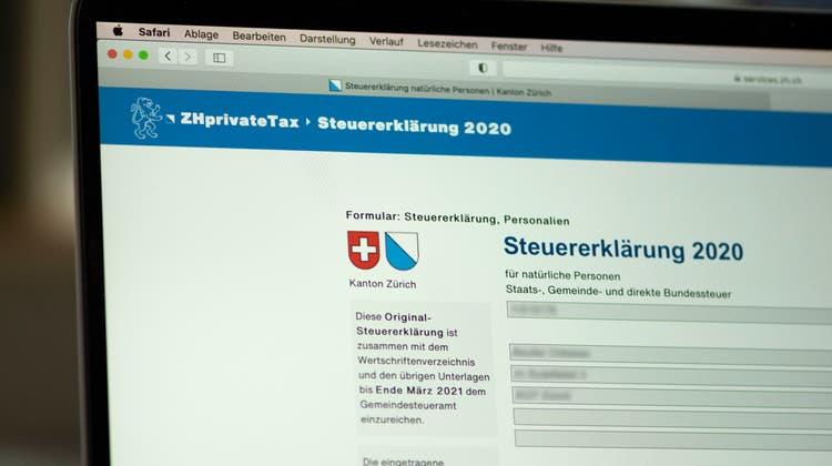 Bisher musste die online ausgefüllte Steuererklärung jeweils ausgedruckt und unterschrieben werden. Neu geht alles online – sofern das System funktioniert. (Keystone/Christian Beutler)