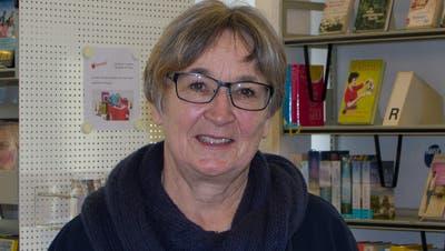 Die Wohler Bibliotheksleiterin Christine Freudenthaler empfiehlt das Buch «Tage mit Ida» von Hiltrud Baier. (Bild: Verena Schmidtke)