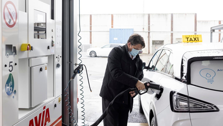 Taxifahrer Vukmir Vukmirovic betankt sein Taxi in Rümlang mit Wasserstoff. (Bild: Severin Bigler)