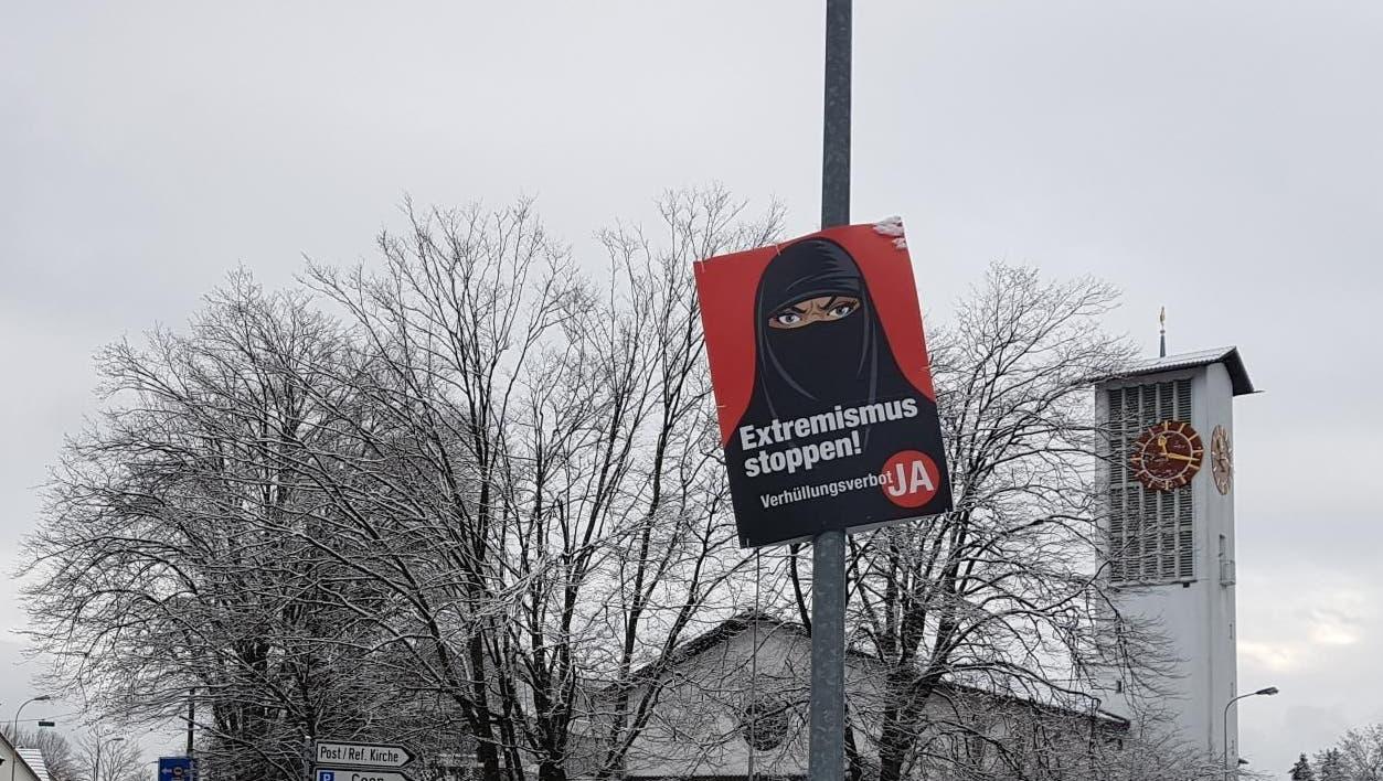 Burkaplakat in Buchs, aufgehängt von Naveen Hofstetter, kritisiert von Samuel Hasler - der selber für ein Ja zur Initiative kämpft. (Nadja Rohner)