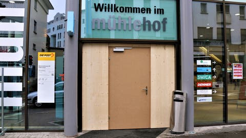 Die demolierte Glastüre am Eingang zum Mühlehof ist durch eine provisorische Holztüre ersetzt worden. (Bild: Josef Bischof)