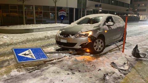 In Rotkreuz rammte ein alkoholisierter Mann einen Verkehrspfosten und ein Schild. (Bild: Zuger Polizei)