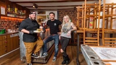 Sie sind unkomplizierte und aufgestellte Gastgeber: Kevin Rünzi (Mitte) mit seiner Freundin Jessy Wetzel und Küchenchef Gianni Curto. (Bild: Sandra Ardizzone (Remigen, 2. Februar 2021))