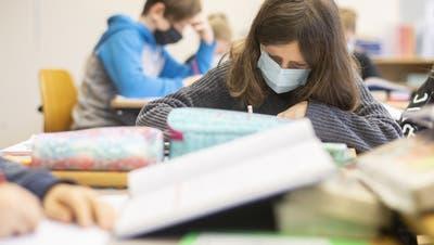 Kinder mit Atemschutzmasken im Unterricht, aufgenommen am Montag, 25. Januar 2021 in Zürich. (Keystone)