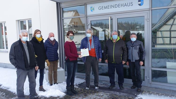 Petitionäre in Ehrendingen übergeben 277 Unterschriften an Salomé Rumpold, Leiterin Einwohnerdienste, zu Handen des Gemeinderates. (Jürg Hermann/Zvg)