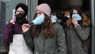 Maskenpflicht an der Oberstufe Atldorf. Viele Jugendliche ziehen ihre Maske in der Pause aus (Urs Hanhart / Urner Zeitung)