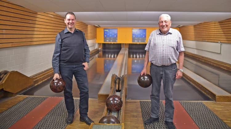 Die letzten beiden Präsidenten der Talschaftskegler, Patrick Berger (links) und Hansruedi Steiner, hier auf der weiterhin in Betrieb stehenden Kegelanlage Telli in Aarau, bleiben dem Kegelsport trotz Verbandsauflösung treu. (Wolfgang Rytz / Aargauer Zeitung)