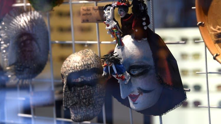 Die 30 Larven, die im Schaufenster von Ramstein Optik ausgestellt sind, wurden am Samstag versteigert. (Bild: Juri Junkov)