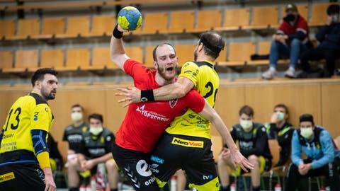 HSC-Spielmacher Tim Aufdenblatten (M.) strebt mit seiner Mannschaft im dritten Spiel des neuen Jahres den dritten Sieg an. (Bild: Ralph Ribi)