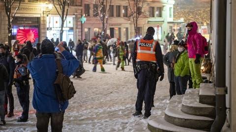 Die Polizei markierte Präsenz vor Ort, konnte aber die Menschenansammlung auf dem Kapellplatz nicht verhindern. (Bild: Urs Flüeler / Keystone)