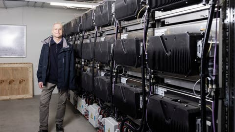 Andreas Frölich, Energiespezialist der Genossenschaft Migros Zürich, zeigt die 7 Tonnen schwere, 8,5 Meter breite und zwei Meter hohe Akkuanlage im Keller der Migros Rietbach in Schlieren. Den Batteriespeicher einzubauen, war seine Idee. (Severin Bigler)