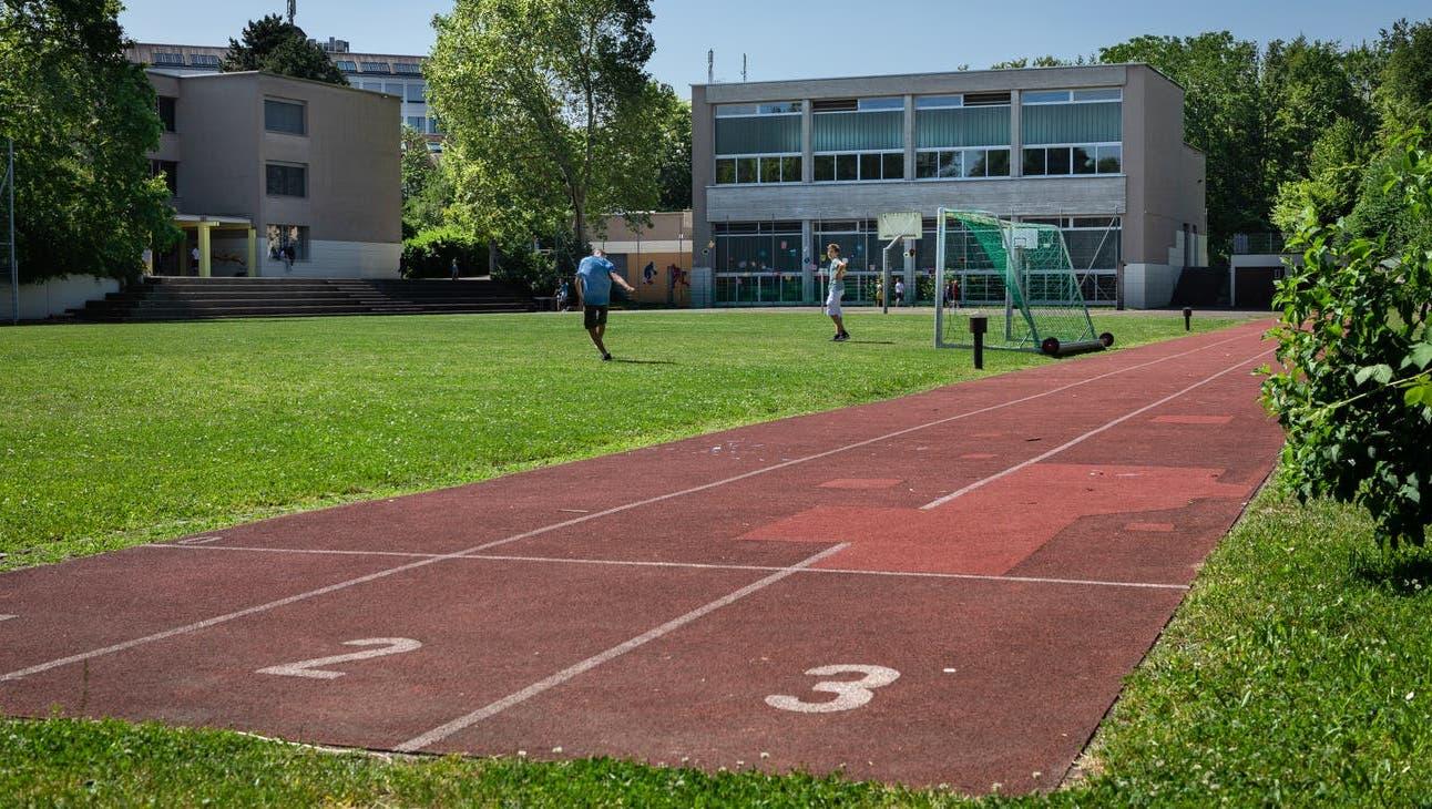 Unter anderem das Schulhaus Luberzen soll in den kommenden Jahren erweitert werden. Doch das nützt kurzfristig nichts– jetzt will Dietikon bis zu vier dreigeschossige Pavillons anschaffen. (Archivbild) (Chris Iseli)