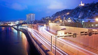 Auf der A2 werden bei den Sentibrückenneue Lärmschutzwände erstellt. (Bild: Dominik Wunderli)