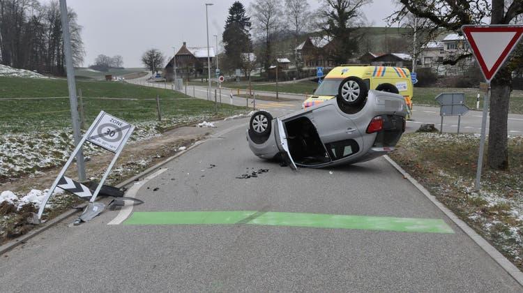 Auto prallt in Verkehrsschild und landet auf dem Dach