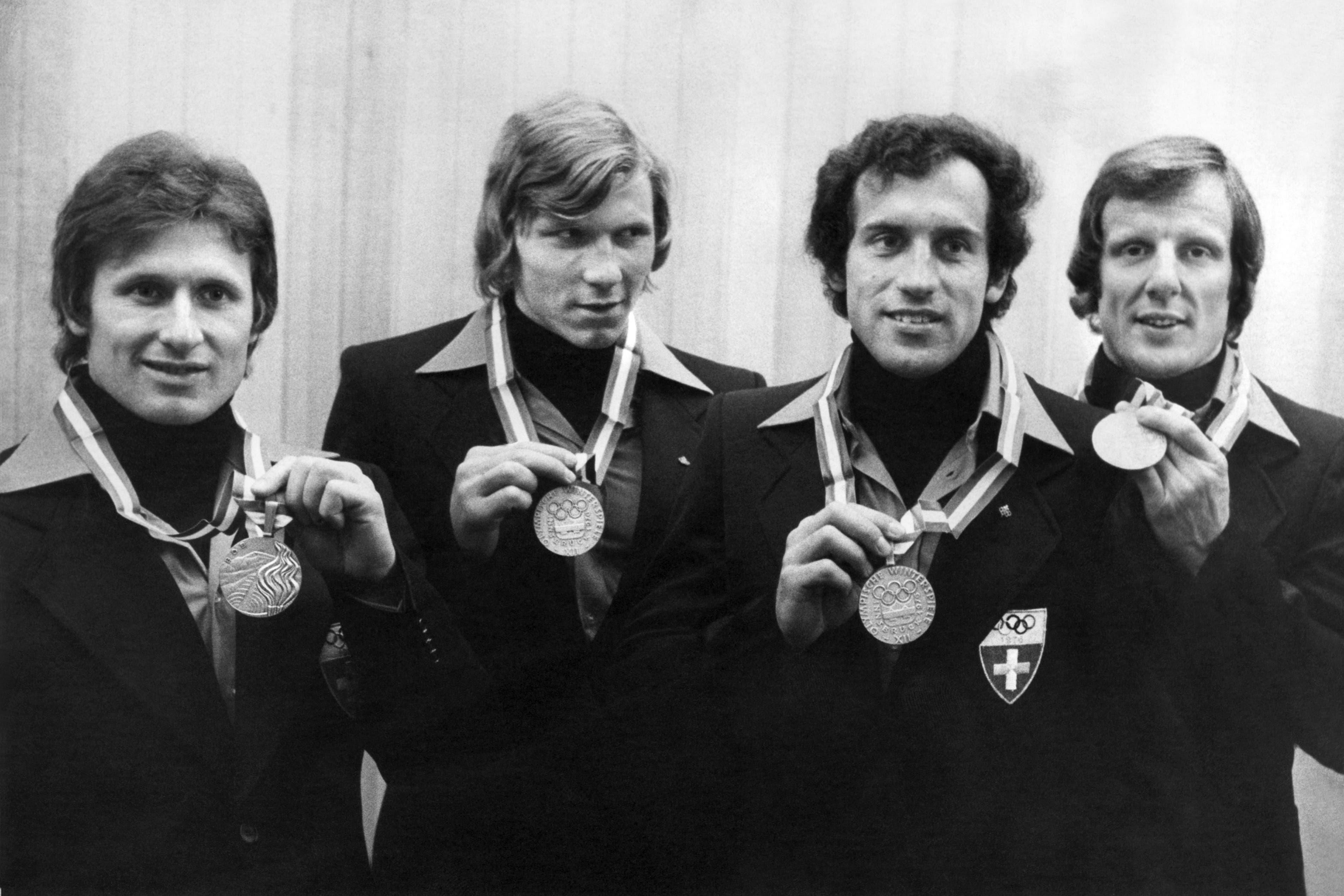 Sie holten an den olympischen Spielen in Innsbruck Silber im Viererbob die Silbermedaille. (v.l.) Pilot Erich Schärer, Ueli Bächli, Rudolf Marti und Bremser Josef «Sepp» Benz, der vor wenigen Tagen an den Folgen einer Covid-Erkrankung gestorben ist.