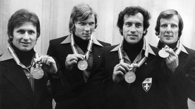 Sie holten an den olympischen Spielen in Innsbruck Silber im Viererbob: Pilot Erich Schärer, Ueli Bächli, Rudolf Marti und Bremser Josef «Sepp» Benz, der vor wenigen Tagen an den Folgen einer Covid-Erkrankung gestorben ist. (KEYSTONE)