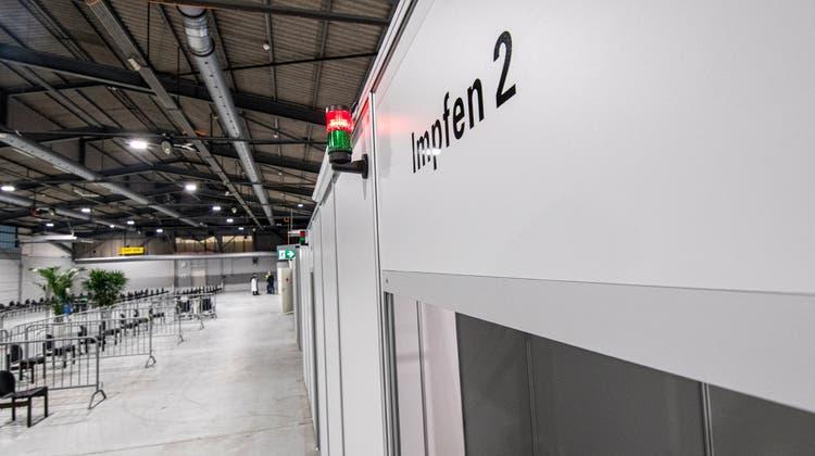 Am 4. Januar eröffnete das Impfzentrum «Mitte» auf dem Feldrebenarealin Muttenz. Die operative Leitung hat die Aspiro GmbH. (Bild: Nicole Nars-Zimmer (Muttenz, 4.1.2021))