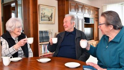 Die drei Senioren aus Laupersdorf geniessen nach Corona-Impfung wieder unbeschwerter ihr Leben. (Bruno Kissling / Oltner Tagblatt)