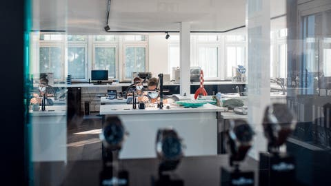 Die Firma Fortis hat in der Krise wenig gelitten und schnitt 2020 sogar besser ab als erwartet. Blick ins neue Uhrenatelier an der Lindenstrasse. (Roy Matter / Solothurner Zeitung)