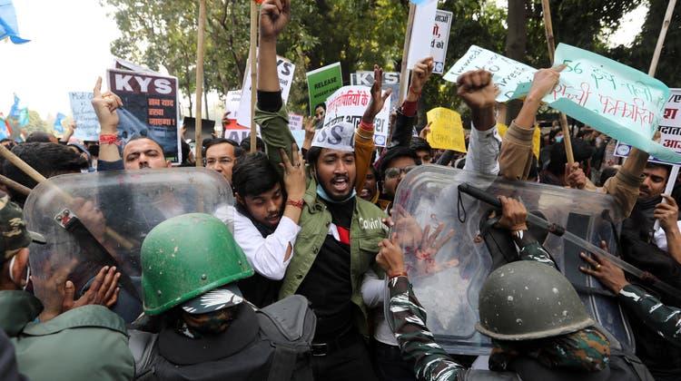 Zusammenstoss zwischen aufgebrachten Landwirten und indischen Sicherheitskräften in Delhi: Die Bauern protestieren gegen die neueste Agrarreform. (Rajat Gupta / EPA)