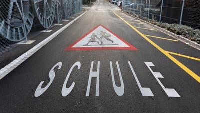 Achtung Schulkinder: Strassenmarkierung auf dem Weg zum Schulhaus Rütenen in Windisch. (Bild: Severin Bigler (17. Januar 2020))
