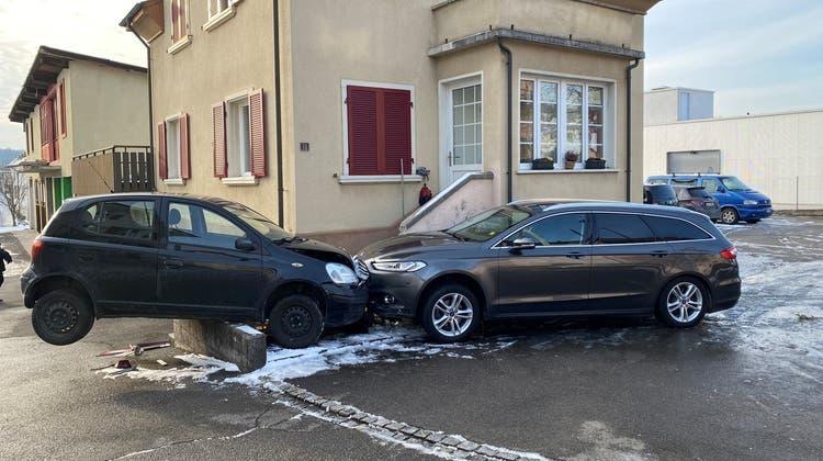 Seniorin prallte in parkiertes Auto undschob es meterweit vor sich her