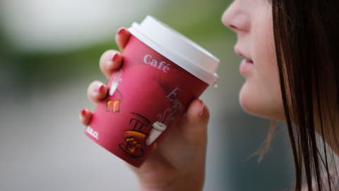 Kaffeeausschank im Lebensmittelgeschäft Avolio in Luzern: für Take away Kaffee ist ein Plasitkdeckel auf dem Pappbecher vorgeschrieben.                                                                                                              Stefan Kaiser (Neue LZ) (Stefan Kaiser (neue Lz) / Neue Luzerner Zeitung)