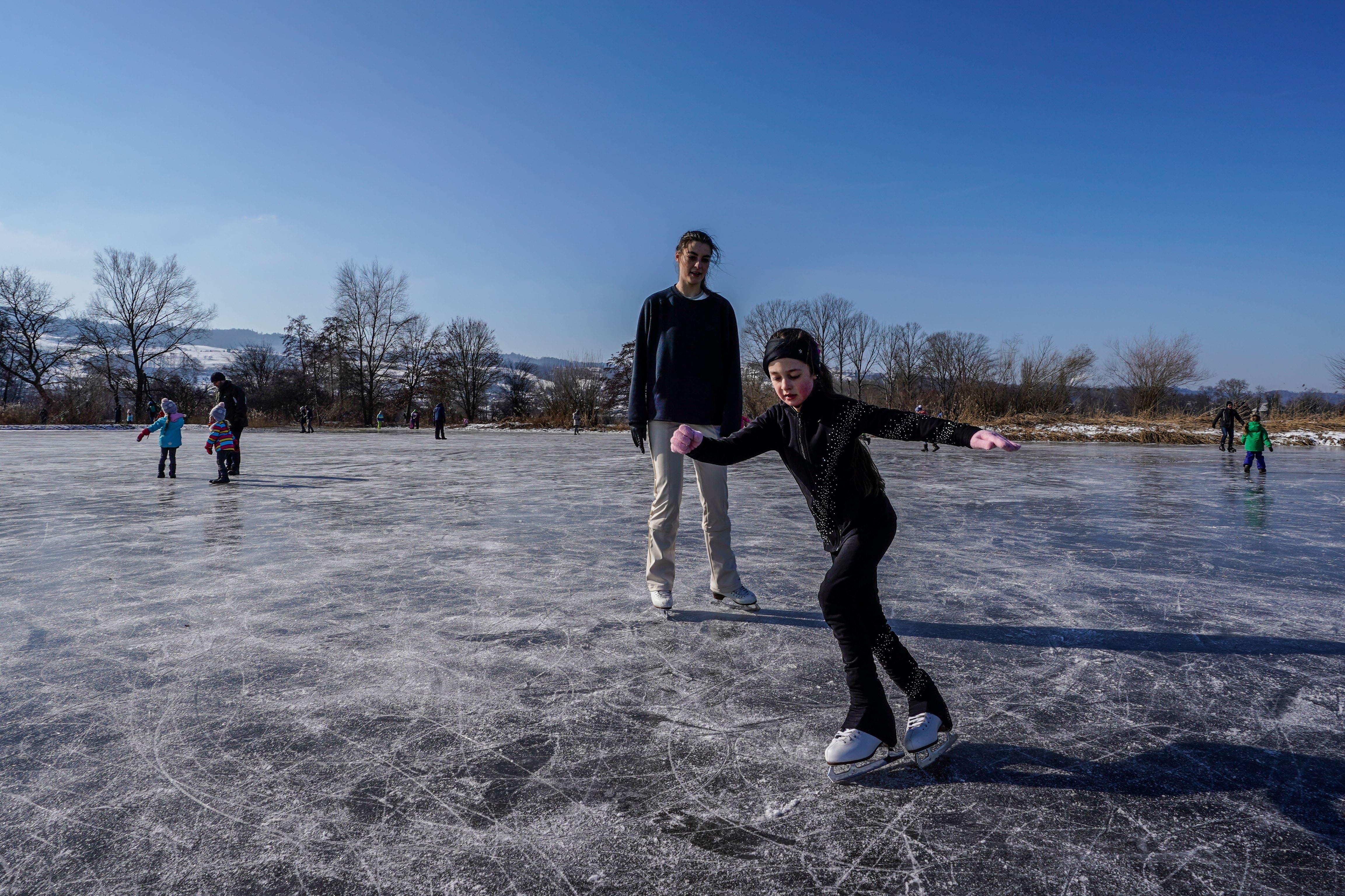 Dieses Mädchen nutzt das Natureis für ein Eiskunstlauf-Training.