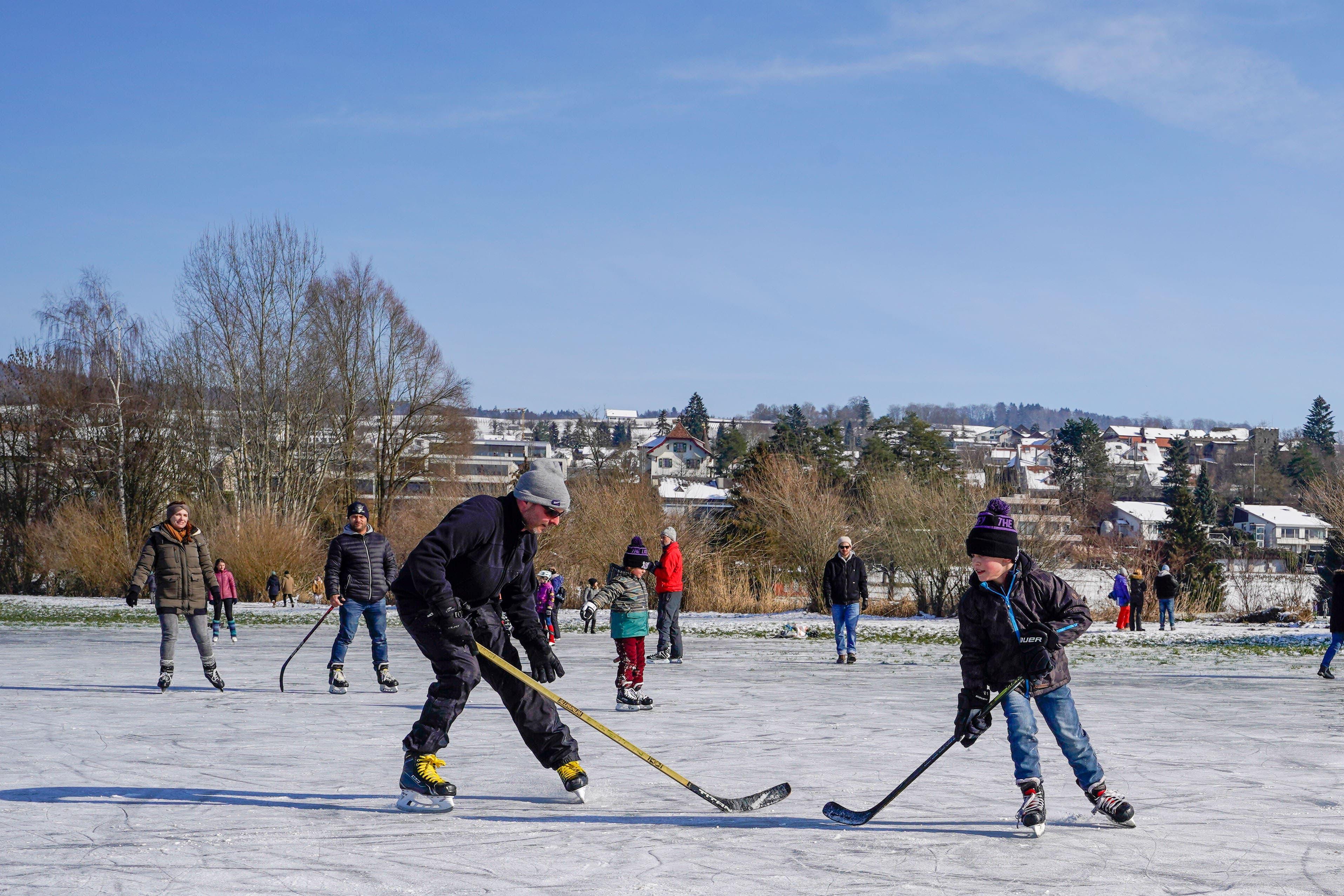 Diese Hockeyaner haben sogar die Schlittschuhe mitgebracht.