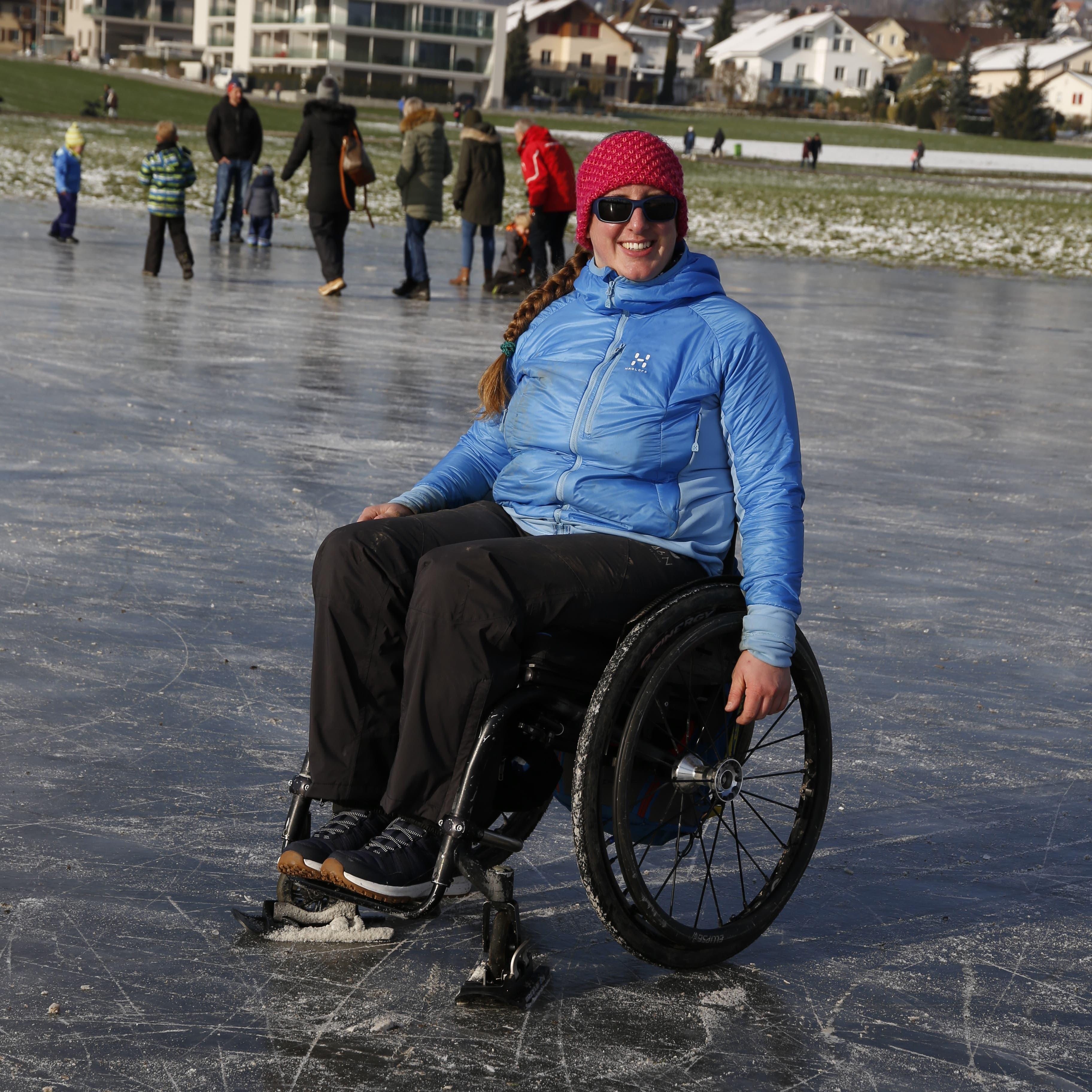 «Auch im Rollstuhl kann man mit Hilfsmitteln gut auf dem Eis herumschleudern», schreibt Ramona Zollinger über den Ausflug an den Hallwilersee.