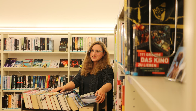 In der Rheinfelder Stadtbibliothek, hier die stellvertretende Leiterin Isabelle Cladé, wurden 2020 mehr als 10'000 Medien weniger ausgeliehen als 2019. (Dennis Kalt / Aargauer Zeitung (8. September 2020))